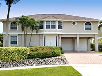 Walk to Beach, Restaurants, Shops, Movies. Water Front, Large Heated Pool, Dock
