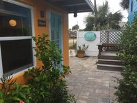 Oleander - Charming Cottage Downtown - Steps to the Beach!