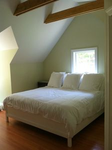Newport house rental - Master bedroom / bathroom suite, King size bed, vaulted ceilings.