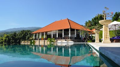 Exclusive 5 star villa with 365 ° view at sea, mountains and rice fields!