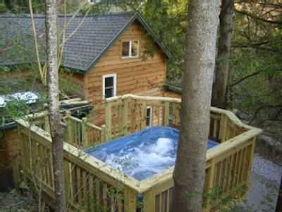 Cedar creek cabin hot tub and views close vrbo for Asheville area cabin rentals