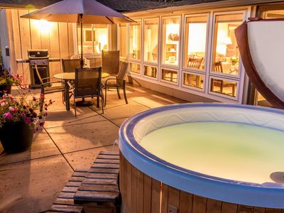 Luxury Romantic Guest House on 20 acres, hot tub, semi-private swimming pool, tennis court, mt views