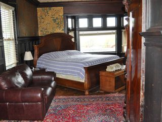 Newport chalet photo - Safari bed room. Leather wall paper, ceiling, great water views, fire place.