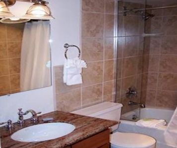Get ready quickly w/3 FULL BATHS complete w/linens/shampoo/soap/hair dryers