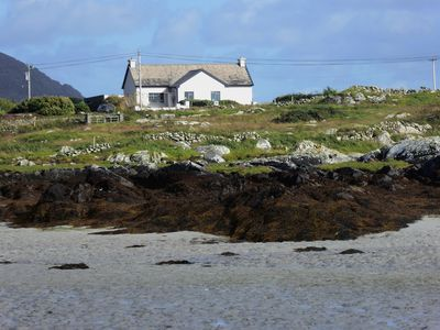House between coast, lake + mountains: Every window view a Connemara highlight!