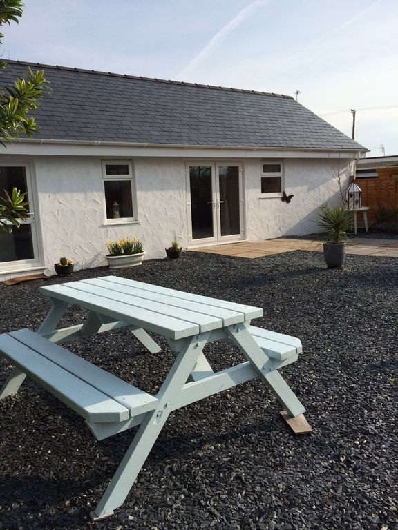 Dog friendly, family holiday cottage in Pwllheli, Wales with hot tub