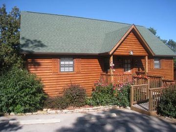 Beautiful 2 bedroom 2 bath luxury log cabin with convenient parking.
