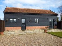 OWL BARN, pet friendly, with a garden in Pulham Market, Ref 14242