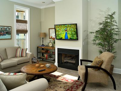 LIVING ROOM WITH FIREPLACE AND LED TV
