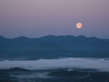 Moonset in Weaverville