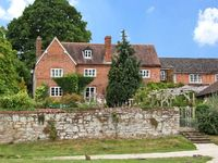THE FARMHOUSE, family friendly, with pool in Newent, Ref 8590