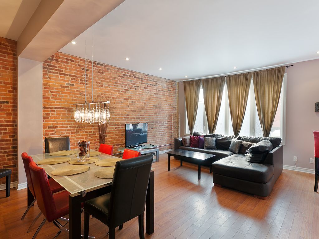 Downtown 39 s deluxe amherst st catherine vrbo for Amherst family room