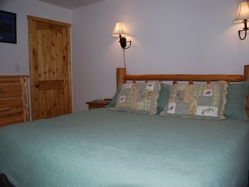 Second bedroom with king size bed - view 1