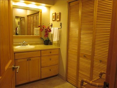 Kaanapali condo rental - Dressing and bathroom