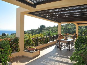 Outdoor dining area vith panoramic views