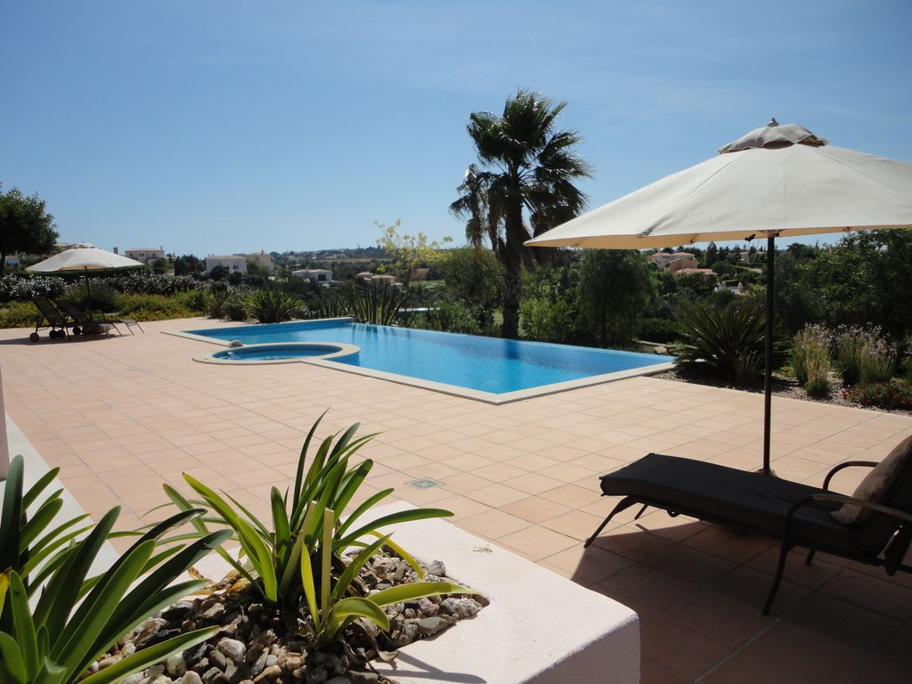 House 330 square meters, close to the sea