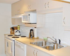 Montreal condo photo - Fully equipped Kitchen/ Cuisine entièrement équipée