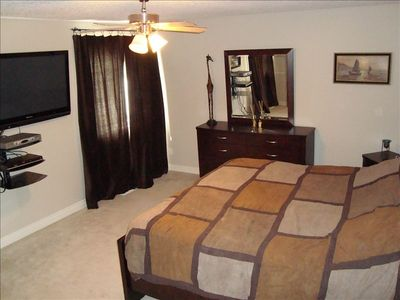 Calgary Vacation Home Master; King set, 50 inch HD TV, DVD, WIFI