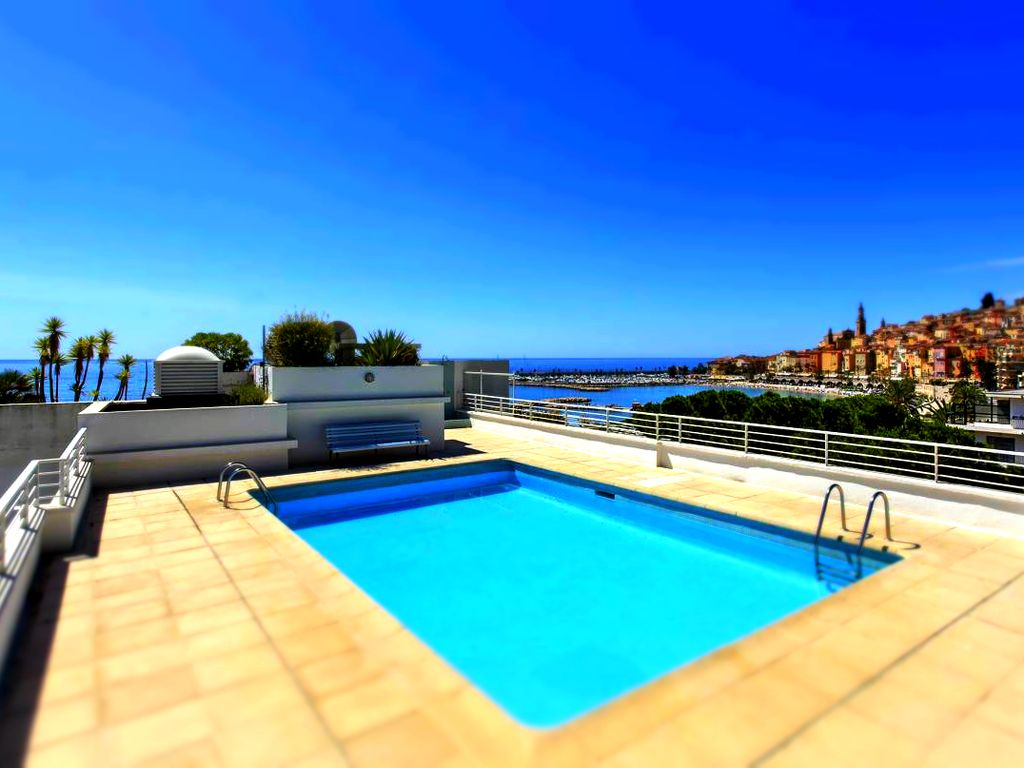 The roca mare beautiful apartment at seafront with for Rooftop swimming pool