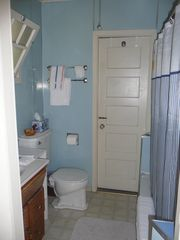 Mercer Island cottage photo - Bathroom with shower/tub.