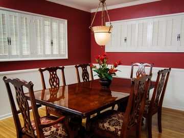 Seating for up to 12 in the dining room (2,4,2,4).