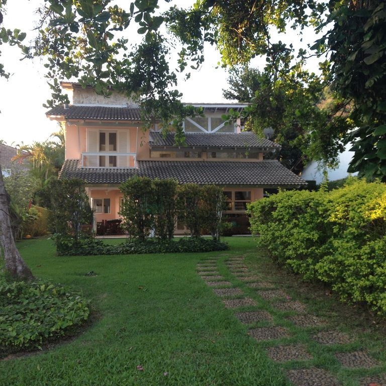 Charming home and airy with full security and tranquility in cond. closed