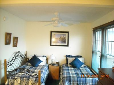 3rd bedroom with twin beds and ceiling fan