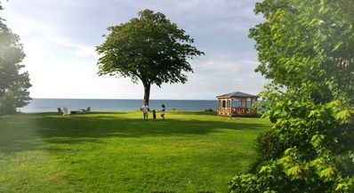 Enjoy gazebo & private beach. Play and explore ON the lake with room for all.