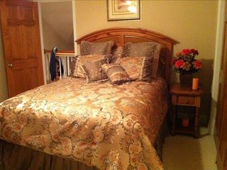 Upstairs 2nd bedroom with queen size bed