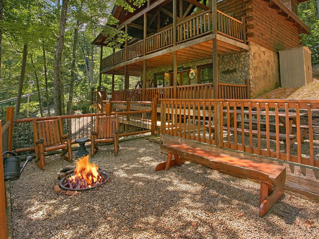 Smoky mountain cabin browns bear den 235 vrbo for 1 bedroom pet friendly cabins in gatlinburg tn
