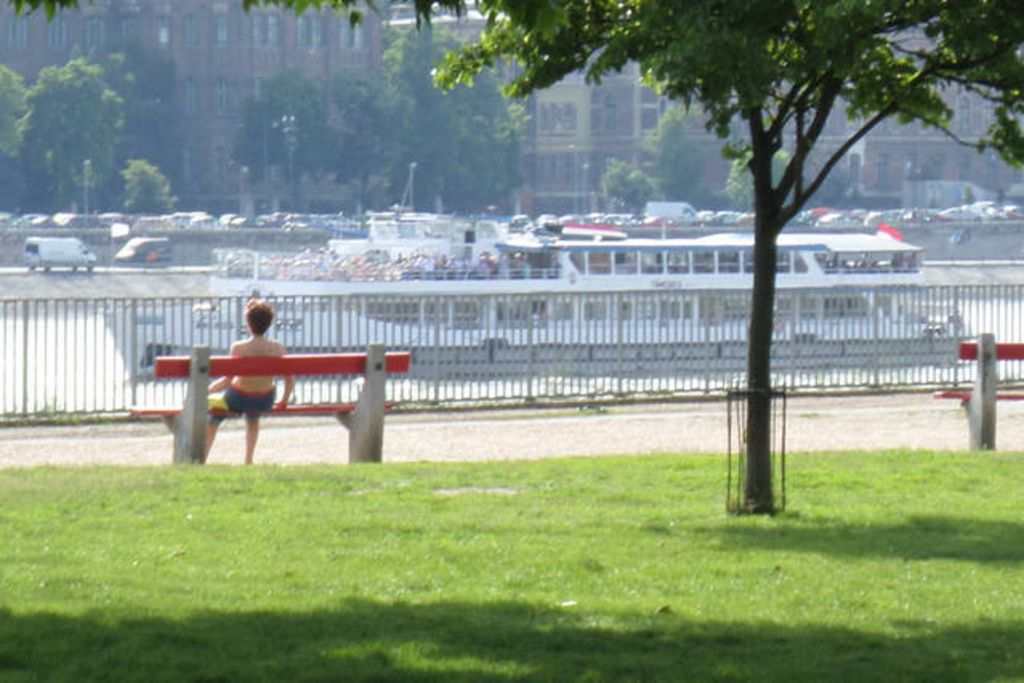 Apartment overlooking danube and the park near for Apartment overlooking central park