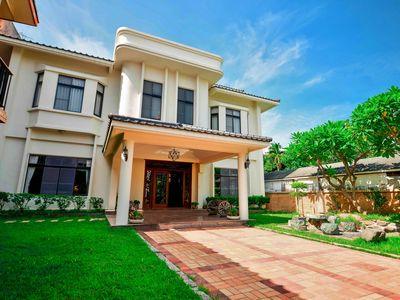 Spacious and Luxurious Home w/ 6 Bedrooms