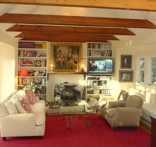 Warm and inviting livingroom with Working fireplace..