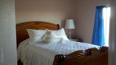 Guest Room with Queen Bed & Private Balcony Overlooking Lake Powell