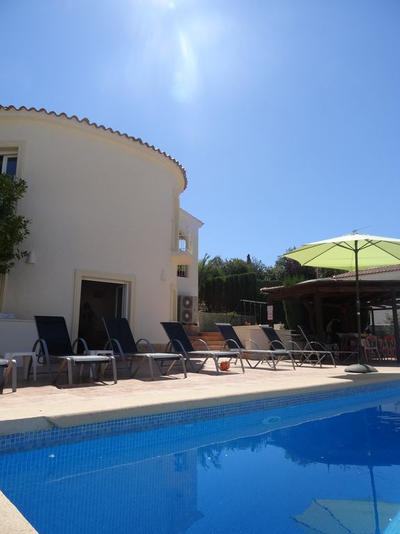 Family-friendly 4 min walk to El Portet beach with big, heated pool, sleeps 12+