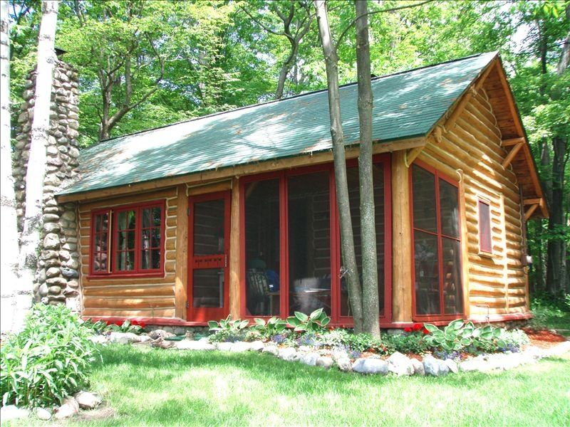 Beachy adorable log cabin lake michigan vrbo for Vacation log homes