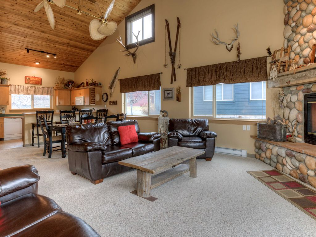 BOOK 4 NIGHTS FOR THE PRICE OF 3 Cozy Big Sky Mountain Chalet