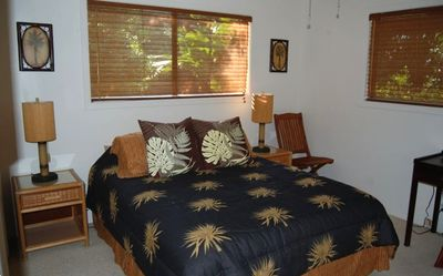 Kailua Kona house rental - Queen Guestroom with Bamboo Accents, Ceiling Fan and 2-way Garden Views