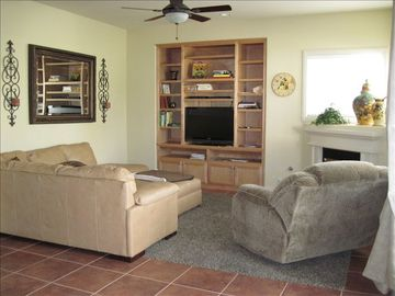 Tulloch Lake house rental - Living Room w/ fireplace