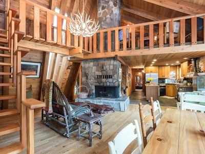 Riversong Cabin on the Sandy River. Huge deck with outdoor fireplace and bbq.
