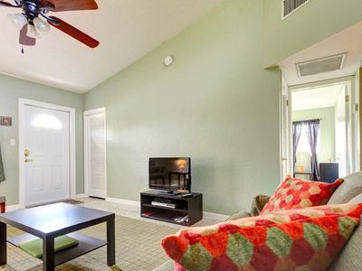 Our newly renovated house has HDTV and free WiFi! - After a full day in the sun, gather the family in our spacious, cheerful living room for an exciting roundup of the day! Kick back and relax together and watch our HDTV!