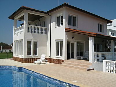 Gina's Retreat, spacious villa with private pool, beautiful sea and forest views