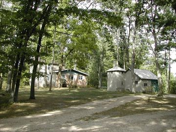 Irons farmhouse rental - View of entrance to Sauble Point Farm w/circular driveway