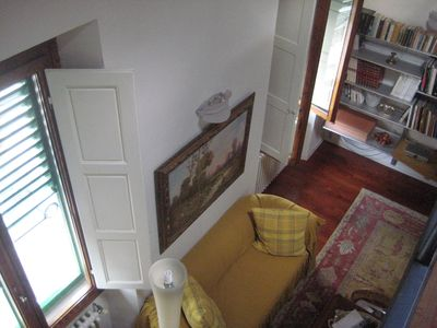 The spacious and luminous living room seen from the mezzanine