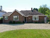 LITTLE TIFTERS, pet friendly, with a garden in Bembridge, Ref 16272