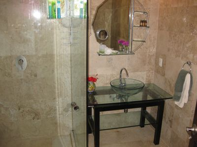 Playa del Carmen condo rental - Second Bathroom with glass shower.