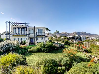 Luxurious holiday house with stunning sea views at the foot of Chapman's Peak
