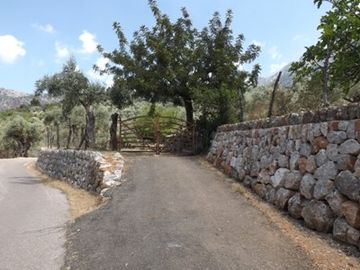 Paved way to access Olivar Cottage
