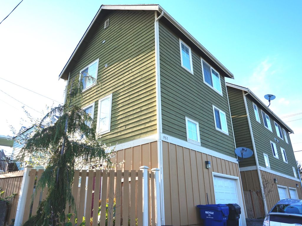 Nice n seattle home vrbo for Detached townhomes