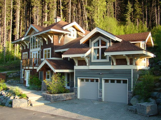 Quiet, contemporary chalet with year-round activities for families and retreats.